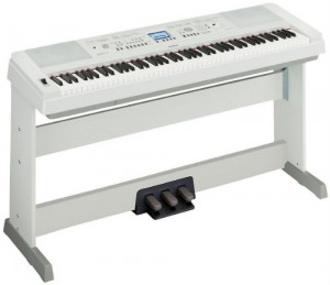 Yamaha DGX650 piano in white